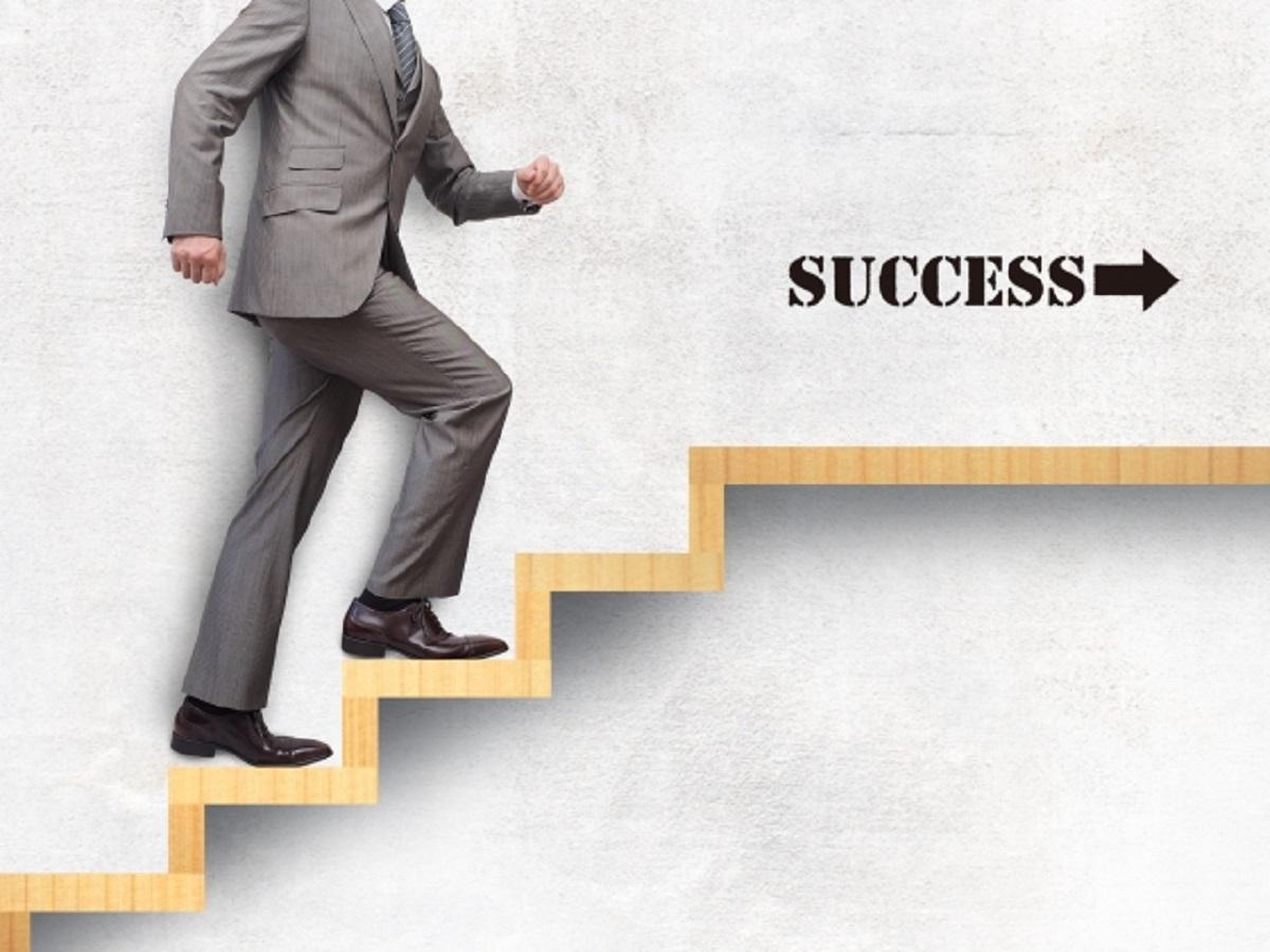 成功の階段を上る男性