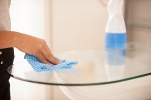 テーブルを掃除する女性