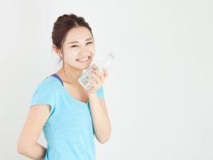 トレーニングで汗をかく女性