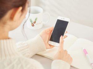 スマートフォンとノートと女性