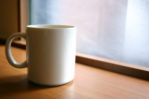 窓辺のカップ