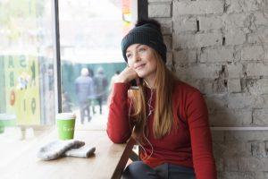 カフェでのんびりする女性