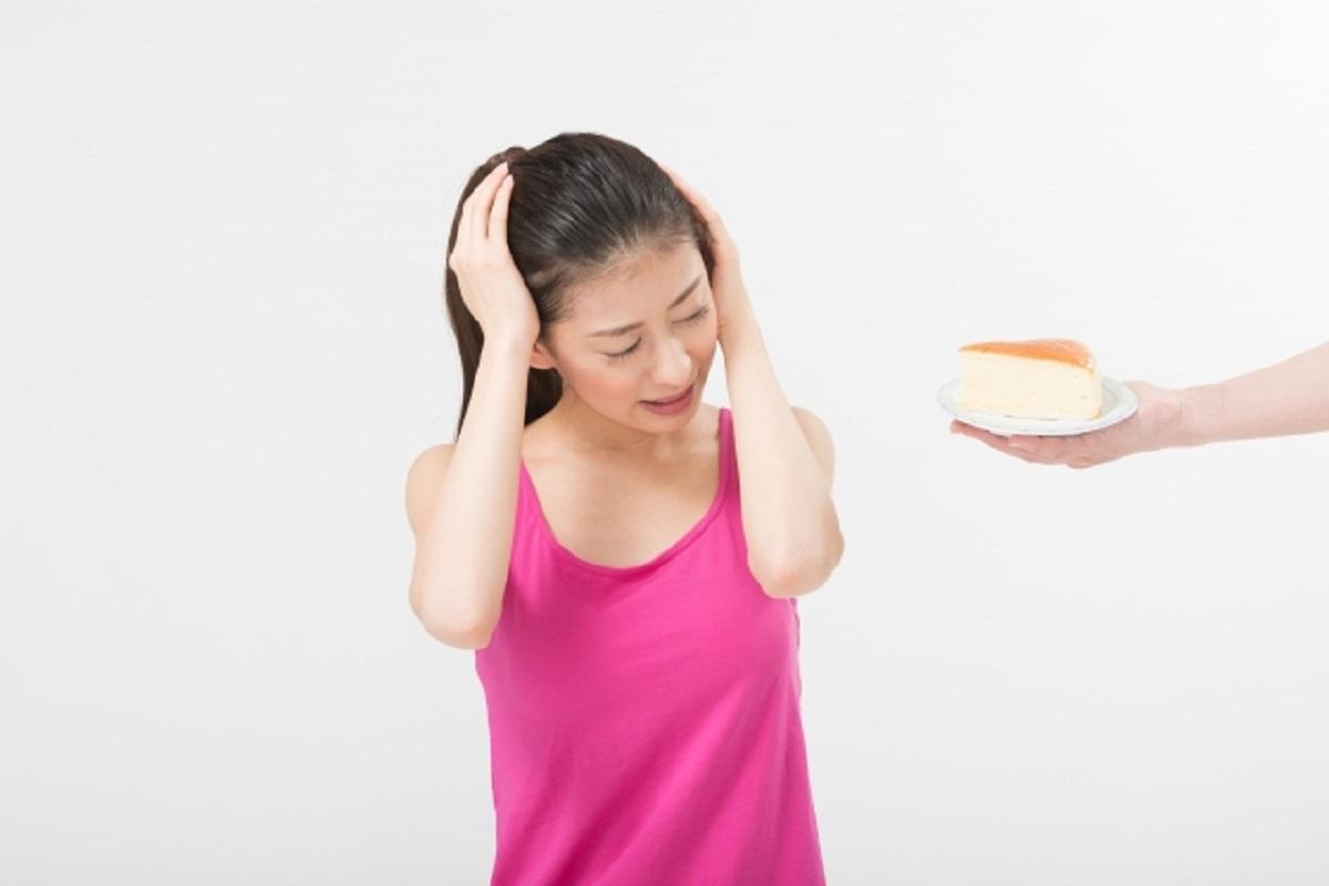 間食をやめたいと苦悩する女性