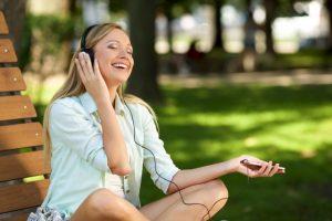 音楽を聴いてノリノリな女性