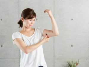 筋肉をチェックする女性