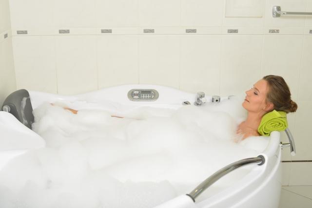 お風呂でリフレッシュする女性