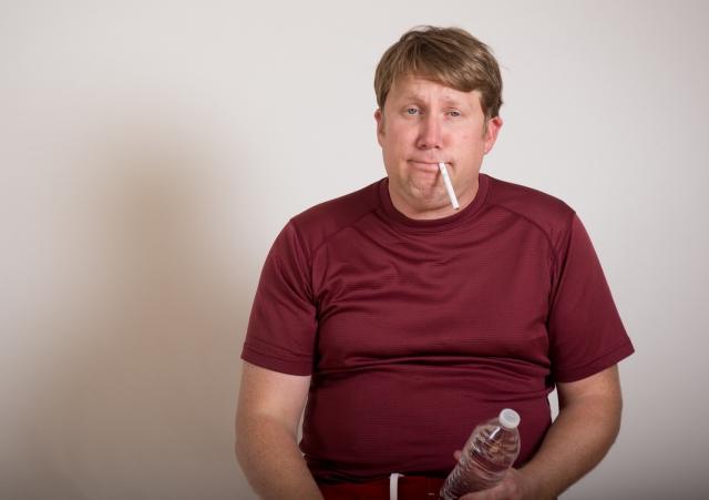 たばこを吸うダサい男性