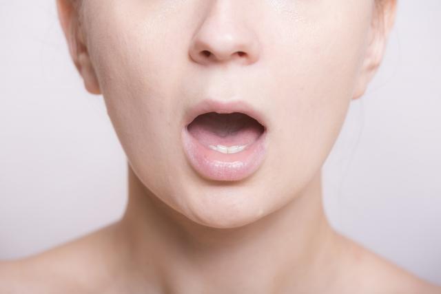 口を開ける女性