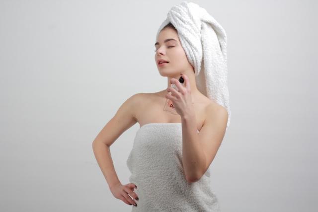 お風呂上がりのリフレッシュした女性