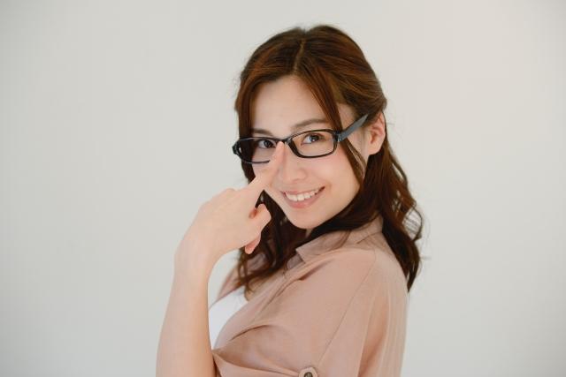 黒縁メガネをかけた女性
