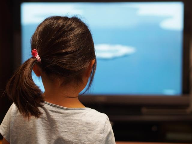 テレビに集中する子供