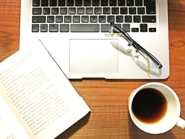 パソコンとコーヒーと本