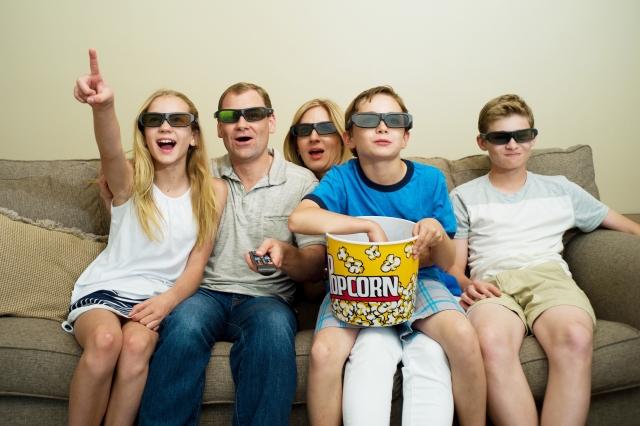テレビを見て興奮する家族