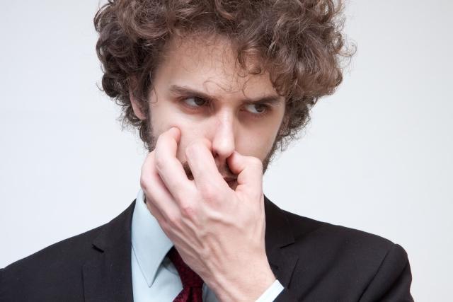 鼻をつまむイケメン男性