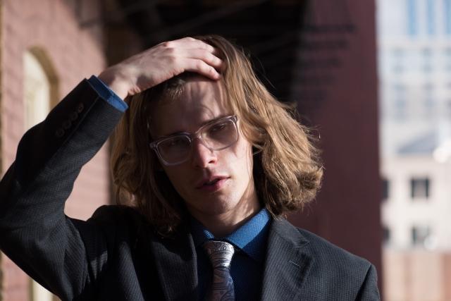 メガネをかけたお金持ち風の男性