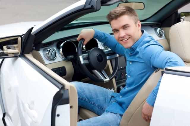 車に乗った金持ちの男性