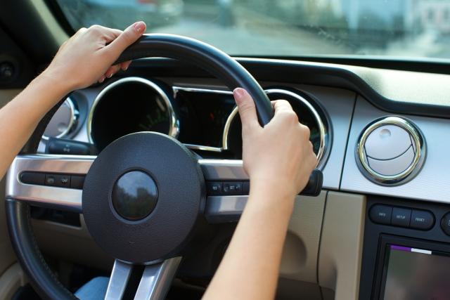 運転中の女性