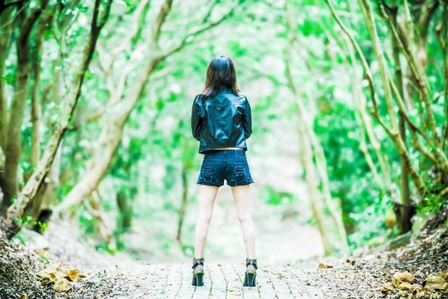 森の中で立ちどまる女性