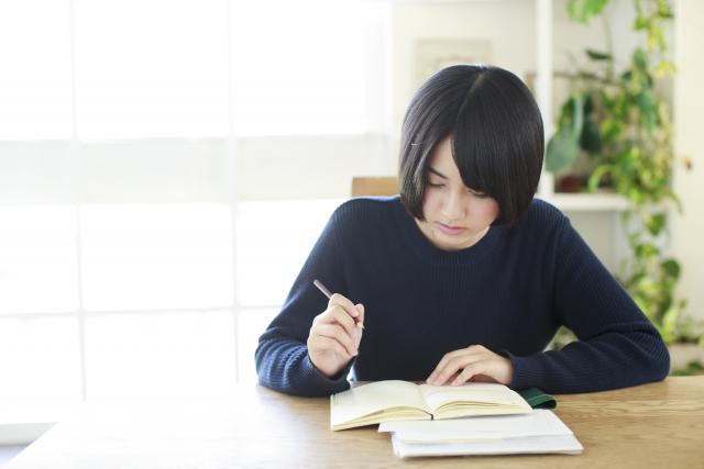 部屋で勉強する女性