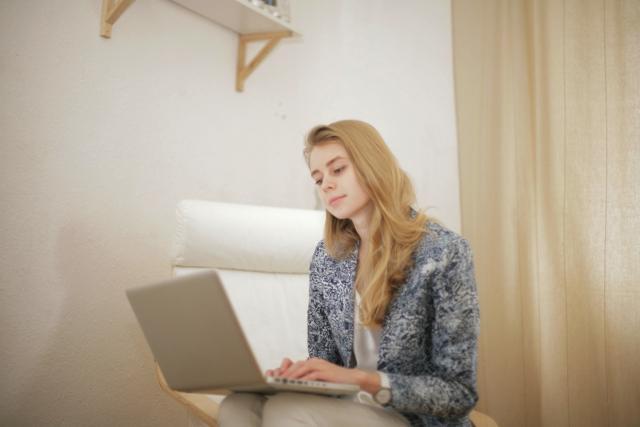 笑顔でパソコンを使う女性