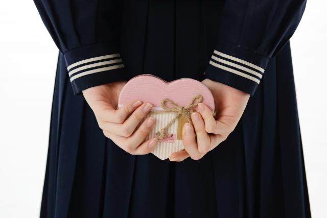 バレンタインチョコを渡すのに悩む女性