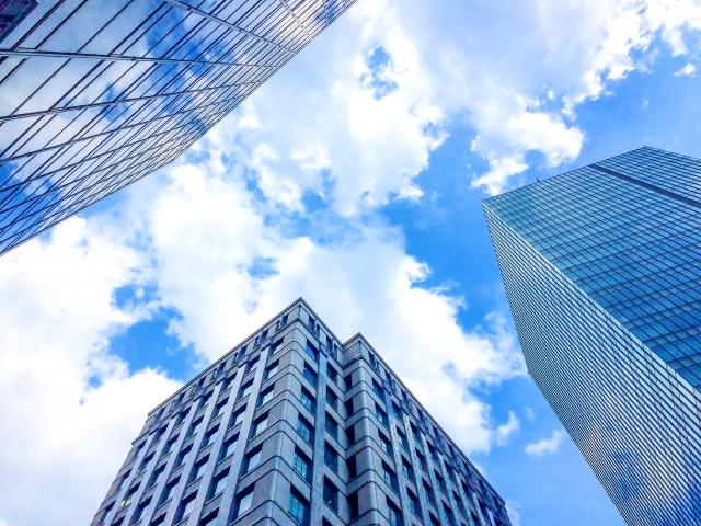 ビルの合間から見える青空