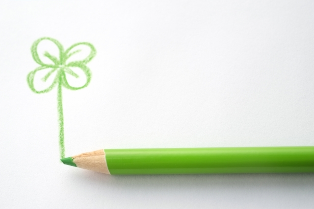 色鉛筆で書いた四つ葉のクローバー