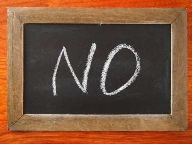 「NO」と書かれたメッセージボード