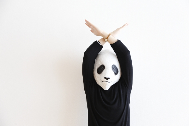 両手でバツ印を作るパンダ