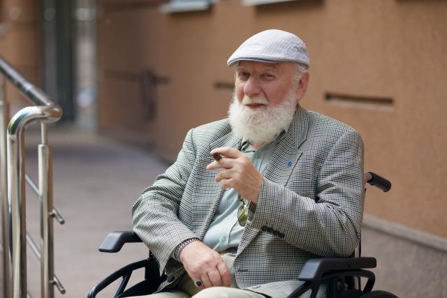 タバコを吸う老人