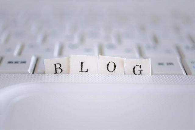 「blog」と書かれた紙