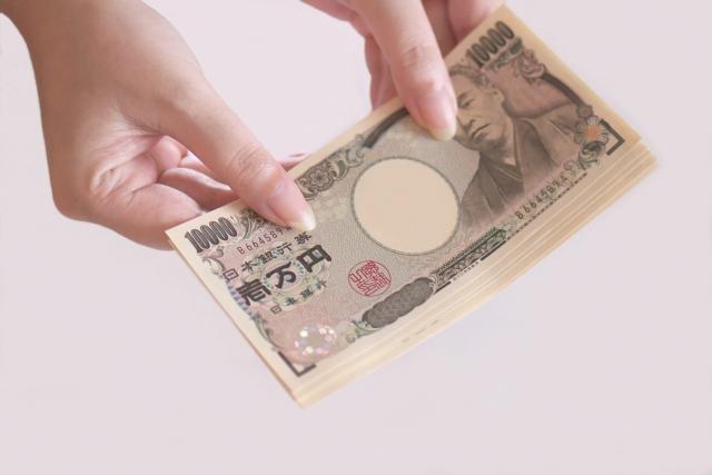お金を渡す女性