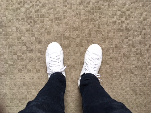 白スニーカーを履いた足元