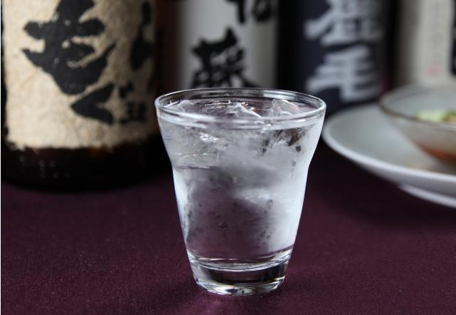 酒瓶とコップに入った水
