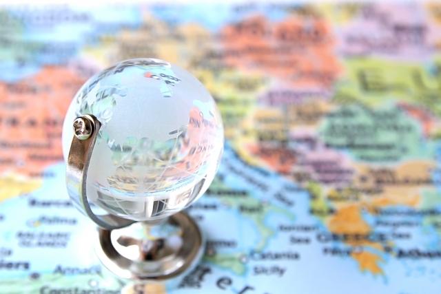 地球儀と世界地図