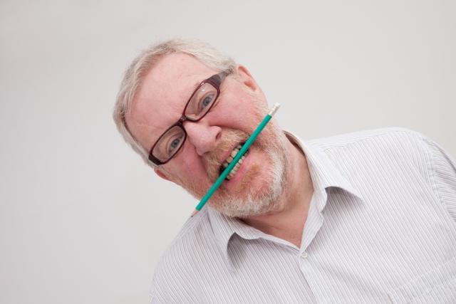 禁煙中に我慢できず鉛筆を噛む男性