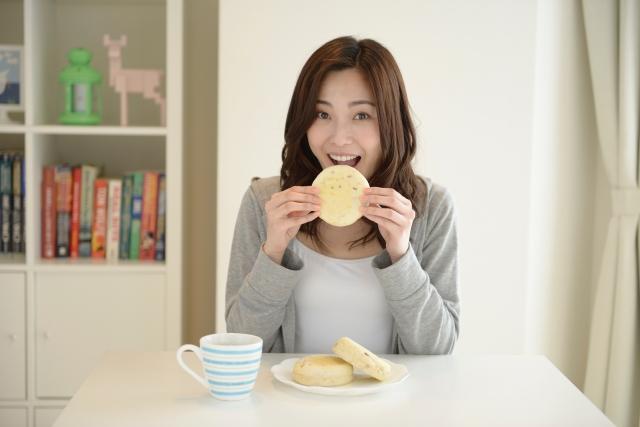 笑顔で食事する女性