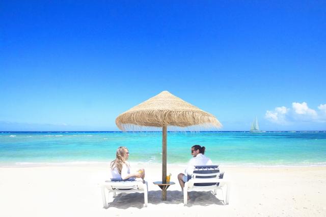 最高に美しいビーチでくつろぐカップル