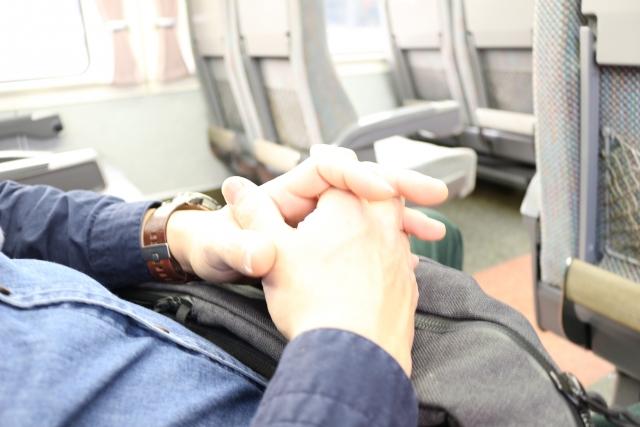 バスの車内で熟睡する男性
