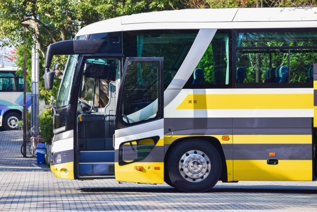 扉の開いた高速バス
