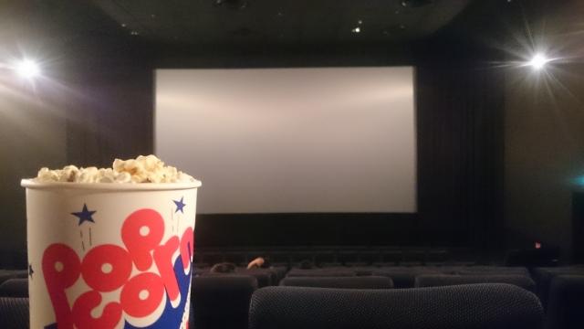 映画を見ながらポップコーン