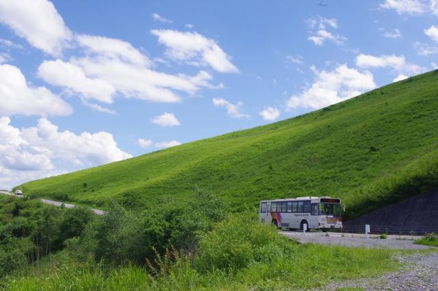 走るバスと壮大な景色