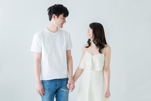 笑顔で見つめあうカップル
