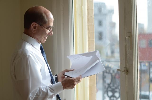 書類を見比べる男性