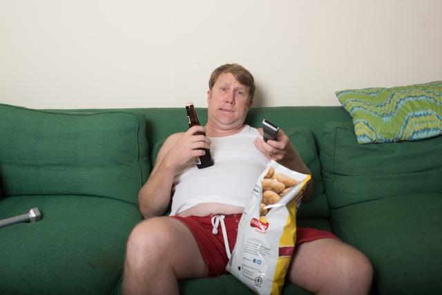 だらだらとテレビを見る男性