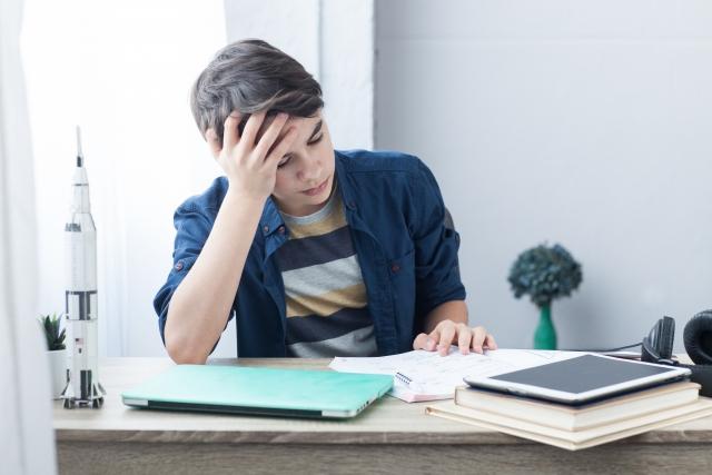 勉強に集中できない男の子