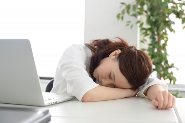 仮眠をとってリフレッシュする女性