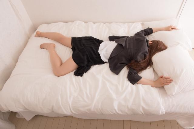 疲れ切って眠る女性